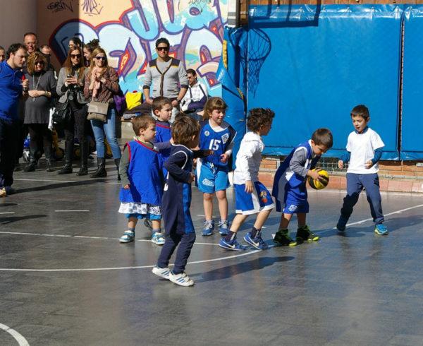 Bàsquet al pati de l'escola Joan Pelegrí