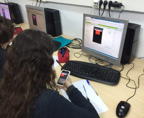 Dissenyant aplicacions per a mòbil a l'Escola Joan pelegrí